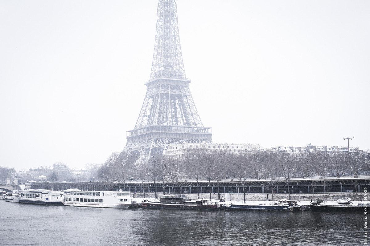 La Tour Eiffel et les quais de seines, vue prise du métro Ligne 6 du pont de Bir-Hakeim. Photo réf : mgui20130120_0060 – format 60x90