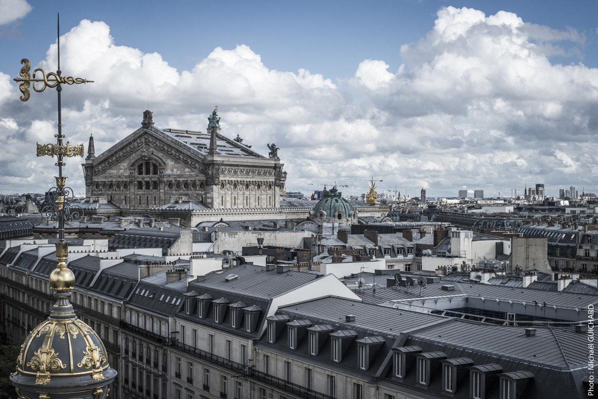 L'opéra Garnier et les toits de Paris, vue face nord, prise des terrasses du Printemps Haussmann Photo réf : mgui20130120_0084 – format 60x90