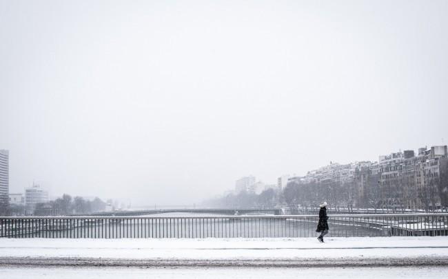 paris-sous-la-neige-marcheuse